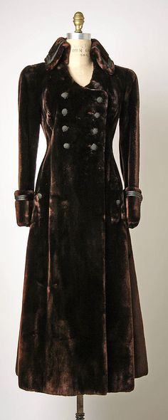 vintage velvet coat...i would love to own this.