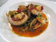 Rulitos de Lubina con Langostinos en salsa con almejas