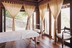 Luxury hotel group, COMO Hotels and Resorts offer distinctive design elements, elegant accommodation and luxurious spa experiences ideal for family holidays, honeymoon getaways or business trips. Massage Room Decor, Massage Therapy Rooms, Spa Luxe, Spa Treatment Room, Esthetician Room, Interior Architecture, Interior Design, Maldives Resort, Spa Rooms