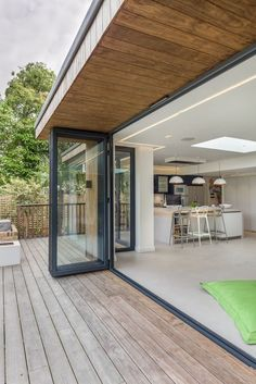 95 Examples Of Amazing Contemporary Flat Roof Design Of A House Beautiful Exterior Ideas for Modern House Design Small Flat Roof House Designs, Flat Roof Design, Brick Roof, Roof Extension, Orangery Extension, Extension Ideas, Timber Deck, Inside Outside, Inside Doors