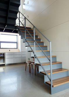 escalier droit en métal et marches de bois avec garde-corps en métal gris