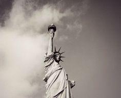Die Freiheitsstaue in New York hat einen Namen und ist eigentlich gar nicht blau. Wietere faszinierende Fakten über die Freiheitsstatue findest du hier!