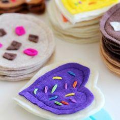 For Beany's cookie jar: DIY felt cookie tutorial - Splash of Something Donut Muffins, Donuts, Applesauce Spice Cake, Cookie Tutorials, Be Light, Pan Dulce, Strawberry Tarts, Lemon Desserts, Lantern Diy