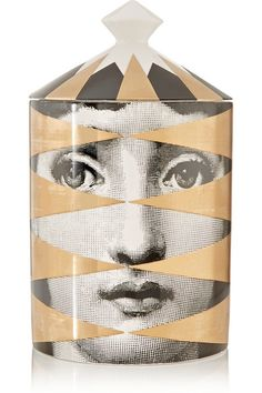 Piero Fornasetti showed his undeniable passion for opera singer and muse Lina Cavalieri by featuring her portrait in many of his designs. Printed with one of the artist's famed images, this Italian-made 'Losanghe' candle is crafted from vegetable-based wax that burns to release the brand's signature warm 'Otto' fragrance - blended with Thyme and Lavender top notes. #Fornasetti