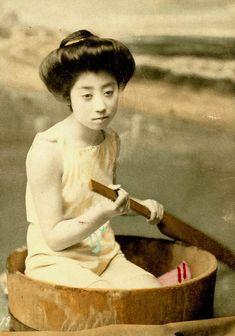 Swimsuit girls from old Japan, une impressionnante collection de photographies deGeisha et Maiko, posant en maillot de bain sur les plages du Japon de l'ère
