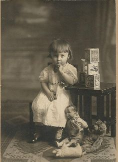 Into the Darkness Seduction...Me pone nervioso, en especial la muñeca más cercana a la niña...glups.