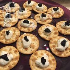 Tartine caviale e formaggio cremoso @ allrecipes.it - Antipasti di Natale e Capodanno