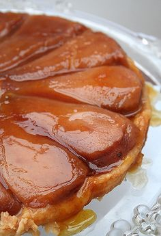 Aside from the apple pie, I do not know of a more rustic, gourmet and comfortable autumn recipe than the tarte tatin. Sweet Pie, Sweet Tarts, Love Eat, Love Food, Tart Recipes, Dessert Recipes, Pear Tarte Tatin, Super Dieta, Puff And Pie