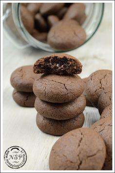 Biscotti dal cuore morbidoPer circa 40 biscotti 190 gr di farina 00 45 gr di maizena 130 gr di zucchero 150 gr di burro 1 uovo 40 gr di cacao amaro 1 cucchiaino abbondante di lievito 100 gr di cioccolato fondente al 72%