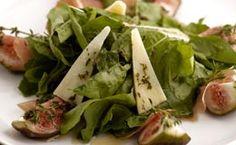 Receita de salada de Natal e Ano Novo: figo e rúcula sobre fatias de presunto de Parma.