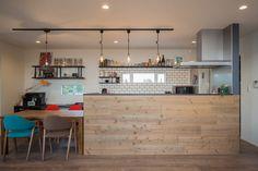 アイアン×タイル×天然木の素材感が楽しいキッチン。