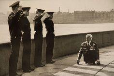 Матросы отдают честь ветерану