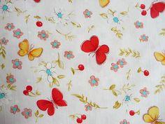 Dieser wunderschöne Kinderstoff ist aus reiner Baumwolle.  Wunderschöner Kinderstoff aus Baumwolle mit Schmetterlingen und Blumen.  Auf den herrlichen Kinderstoffen befinden sich auch Kirschen.  Die Schmetterlinge sind in Rot gehalten.  Ein Schmetterling ist 4 cm breit und 3 cm hoch.  Die Farben sind klar und eindeutig.  Einfach ein herrlich erfrischender Stoff.    Der Kinderstoff liegt ca. 1,44 m breit und es sind noch 12,80 m vorhanden.    Der Preis versteht sich per Meter.