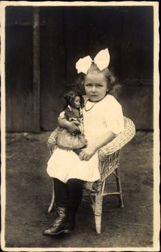Foto Ak Kleines Mädchen mit Puppe, Spielzeug, Haarschleife