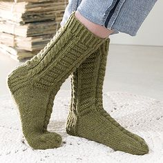 OHJE: Vihreät palmikkosukat Lace Socks, Wool Socks, Knitting Socks, Boot Cuffs, Yarn Colors, Leg Warmers, Mittens, Knitting Patterns, Knit Crochet