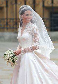 Alexander McQueen é processada por suposta cópia do vestido de noiva de Kate Middleton