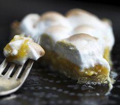 Appelsiner i kager og desserter kan få smilet til at brede sig på de flestes læber. Få her opskriften på en skøn appelsintærte med et sprødt låg af marengs!