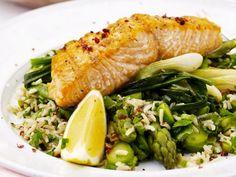 Lachs vom Grill mit grünem Spargel, Lauchzwiebeln und Reis ist ein Rezept mit frischen Zutaten aus der Kategorie Meerwasserfisch. Probieren Sie dieses und weitere Rezepte von EAT SMARTER!