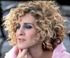 for Short Curly Hair Carrie in Sex in the City always had the greatest hair! Her style definitely goes down in Hair History!Carrie in Sex in the City always had the greatest hair! Her style definitely goes down in Hair History! Short Curly Haircuts, Short Curly Bob, Short Curls, Haircut Short, Pixie Haircuts, Sarah Jessica Parker Cheveux, Carrie Bradshaw Hair, Hair Evolution, Great Hair