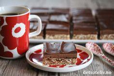 Sarah Bernhard i langpanne har blitt en skikkelig kakeklassiker i Norge. I stedet for å lage Sarah Bernhard-kakene enkeltvis, kan man her på en effektiv måte og uten særlig strev få mange, deilige kakebiter med akkurat de samme gode smakene. Denne versjonen har ekstra mye sjokoladekrem og glasur, som gjør den ekstra god! Sarah Bernhard, Cake Recipes, Cooking Recipes, Pudding, Baking, Tableware, Desserts, Food, Tailgate Desserts
