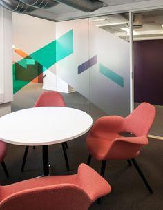 Kombinert arkitekt- og interiørarkitektkontor og er tuftet på et ønske om å jobbe tverrfaglig med arkitektur i stor og liten skala. Office Interior Design, Office Cabin Design, Interior S, Interior Exterior, House Design, Office Graphics, Window Graphics, Office Walls, Office Workspace