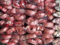 Bonbons sind bei Kindern und bei Erwachsenen gleichermaßen beliebt. Während Kinder aber vielfach nur jene Bonbons kennen, die es in riesengroßer Auswahl fertig zu kaufen gibt, erinnern sich viele Erwachsene noch an selbstgemachte Bonbons. Seinerzeit wurden Bonbons und andere Süßigkeiten zwar vor allem aus der Not heraus selbst zubereitet, denn es gab nicht immer Süßigkeiten zu kaufen und teilweise waren diese dann auch recht teuer. Aber selbstgemachte Bonbons schmecken keinesfalls schlechter…