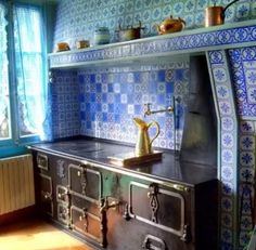 Beautiful blue tiles in this kitchen are so stunning.