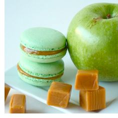 I think I've died and gone to taste bud heaven: Caramel Apple Macarons. of cooking guide tips cooking French Macarons Recipe, French Macaroons, Just Desserts, Delicious Desserts, Yummy Food, Cookie Recipes, Dessert Recipes, Macaroon Cookies, Caramel Apples