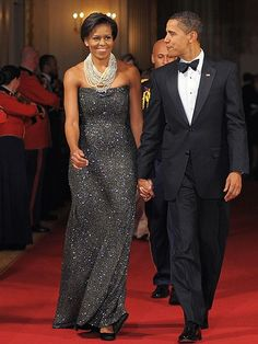 GLAMOUR EN LA CASA BLANCA    Con un vestido strapless de lentejuelas y un lucido collar de varias vueltas como accesorio, atendió Michelle la primera cena de gala ofrecida por el presidente en la Casa Blanca, en febrero del 2009.