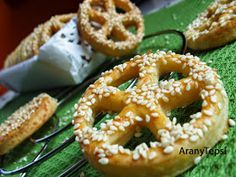 AranyTepsi: Sós finomságok egy kosárban Onion Rings, Bagel, Bread, Ethnic Recipes, Food, Eten, Bakeries, Meals, Onion Strings