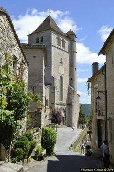 Le bourg médiéval de Saint-Cirq Lapopie, qui compte 13 monuments historiques est l'un des plus beaux villages de France. Accroché sur une falaise à 100 mètres au-dessus du Lot, Saint-Cirq Lapopie constitue l'un des sites majeurs de la vallée du Lot.   Chef-lieu de l'une des trois vicomtés du Quercy, Saint-Cirq Lapopie fut partagé au Moyen Âge entre plusieurs dynasties féodales dont les familles dominantes de Lapopie, de Gourdon et de Cardaillac. De ce fait, plusieurs châteaux et maisons… Beaux Villages, Dordogne, Paris City, Countryside, The Good Place, Beautiful Places, Provence, Places To Visit, Castle