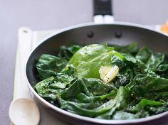 Découvrez la recette Poêlée d'épinards frais au beurre sur cuisineactuelle.fr.