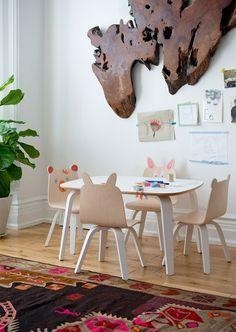Véritable coup de coeur pour la nouvelle collection de chaises pour enfant de la marque @oeufnyc baptisée Play ! Elégante, tendance et design, elle s'intègre parfaitement dans une chambre bébé et enfant ou dans une salle de jeux. Les enfants n'auront d'yeux que pour les adorables dossiers en forme d'oreilles d'ours ou de lapin qu'ils pourront personnaliser en les agrémentant de bouches, yeux et accessoires amusants grâce aux jolis stickers en tissu.