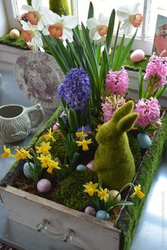 Potting Shed: Planting Spring Bulbs in a Drawer! Repurposed drawer upcycled as a planter for spring with bulbs, eggs, moss and bunny! Planting Bulbs In Spring, Spring Bulbs, Easter Garden, Spring Garden, Diy Ostern, Garden Deco, Deco Floral, Easter Table, Easter Crafts