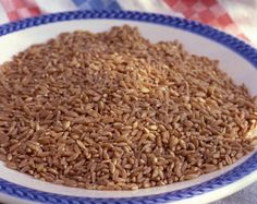 Spelt is a gluten-grain with a rich nutty flavor that can be used in place of wheat in most baked goods or can be cooked and eaten as a hot cereal. Spelt Bread, Spelt Flour, Juicing Benefits, Health Benefits, Small Bakery, Whole 30 Recipes, Healthy Recipes, Healthy Eats
