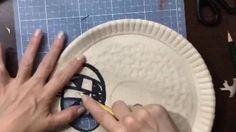 Pratinho colorido para o Halloween    Pratinhos coloridos de Halloween   E hoje no canal do YouTube uma atividade super fácil de fazer inspirada no Halloween  Você vai precisar de:  Pratinhos de papel tesoura estilete (só para os grandes) giz de cera tinta (aqui usei aquarela) pincel