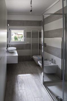 Ristrutturazione coerente di due villette adiacenti: bagno in stile di bianchetti House Paint Interior, Interior Shutters, Interior Windows, Bathroom Interior, Interior Design, Bathroom Images, Small Bathroom, Bathroom Ideas, Love Your Home