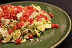 Frisk og sprød salat med rå rosenkål, blomkål, frisk citron, granatæble og feta. En både sund, mættende og dekorativ salat, som er nem at lave.