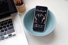 Coloca tu teléfono dentro de un plato hondo para amplificar el sonido: