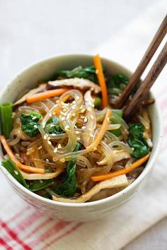 Japchae - Korean noodle dish with sweet potato noodles and vegetables. Learn how to make vegetarian Japchae in 30 minutes with this easy Japchae recipe. Healthy Asian Recipes, Easy Delicious Recipes, Vegetarian Recipes, Cooking Recipes, Yummy Food, Korean Recipes, Meal Recipes, Healthy Food, Recipies