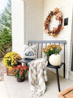 Simple Fall Porch Decor + Fall Guidebook with easy fall decor ideas and a recipe for Warm Caramel Crumble! Simple Fall Porch Decor + Fall Guidebook with easy fall decor ideas and a recipe for Warm Caramel Crumble! Fall Home Decor, Autumn Home, Bench Decor, House With Porch, Front Door Decor, Front Porch Fall Decor, Fall Porch Decorations, Front Doors, Porch Decorating