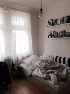 Gemütliches WG-Zimmer mit Bett und Decken, Fotoschiene an der Wand und weißen Vorhängen.  Wohnen in Stuttgart.  #Stuttgart #WG #WGZimmer