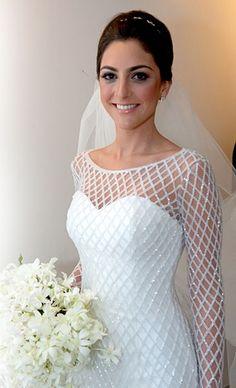 """""""Camila, a noiva, e a Esther pensaram em um vestido moderno, que chamasse atenção pelos detalhes e visual geométrico, que por fim, alongou a silhueta e ficou elegante por conta do shape, acabamento do barrado e uniformidade do bordado"""".  http://www.estherbaumanblog.com.br/2018/01/nossas-noivas-vestido-com-bordado.html"""