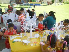 Fiesta infantil con taller para decorar juguetes de cartón.