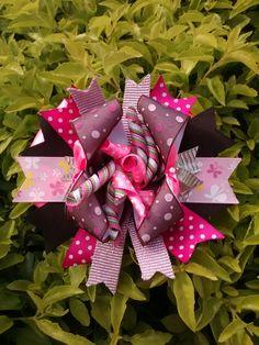 Moños y listón Christmas Wreaths, Christmas Ornaments, Four Square, Holiday Decor, Cartago, Christmas Jewelry, Christmas Decorations, Christmas Decor