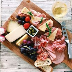 This Charcuterie Board by @misshappybelly contains Manchego Cheese And Serrano Ham On Baguette, Gouda + Aged Cheddar, Sopressata + Capocollo + Mortadella, Fruit & Olives! Charcuterie Recipes, Tapas Recipes, Charcuterie Board, Cooking Recipes, Charcuterie Cheese, Lunch Photos, Serrano Ham, Manchego Cheese, Cheese