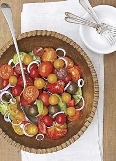 PARADEISER-SALAT MIT ROTEN ZWIEBELN    Frische Kirschparadeiser treffen auf roten Zwiebel und ein süß-saueres Dressing. Eine gute Kombination, die schnell geht und lecker schmeckt.