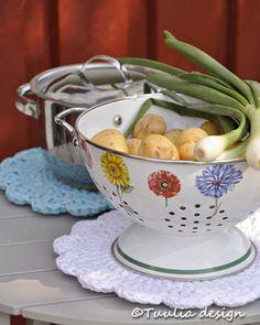 Virkattu+pannunalunen,+käsityöidea,+Tuulia+design Serving Bowls, Crochet, Tableware, Diy, Crafts, Design, Knitting, Dinnerware, Manualidades