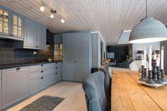 Bildegalleri av hyttemodeller fra Nordlyshytter. Kitchen Cabinets, Cottage, Wood, House, Cabins, Inspiration, Mountains, Home Decor, Life