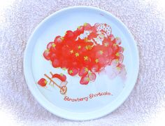 An absolutely awesome original strawberry shortcake large round serving tray by Cheinco/American Greeting! In very good vintage condition with only some minor scuffs/marks present. Please see the many pictures for a thorough representation! :)  I have TONS more cute vintage items for sale in my shop!  I ship WORLDWIDE from a clean, pet & smoke-free home! Please note that shipping times will be slower OUTSIDE of the US & Canada (up to 3 months), and tracking is not included to those…